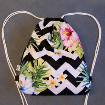 Plecak / worek z tkaniny wodoodpornej rajskie kwiaty na biało-czarnych zygzakach / czarny handmade